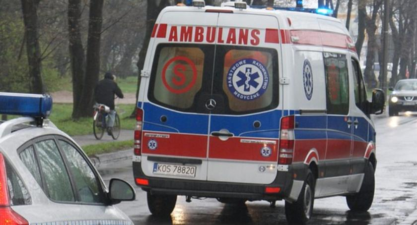 Wypadki, Karetka zawisła barierkach Alejach Jerozolimskich - zdjęcie, fotografia