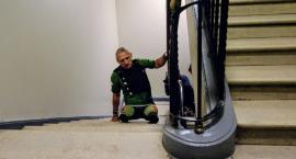 To wielki wyczyn - niepełnosprawny sportowiec pokonał na rękach 1700 schodów w PKiN
