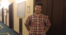 Adam pięknie gra na gitarze i studiuje w murach PKiN